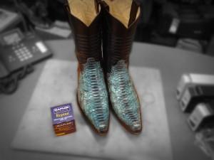 Cowboy laarzen met slangen lederen neuzen.